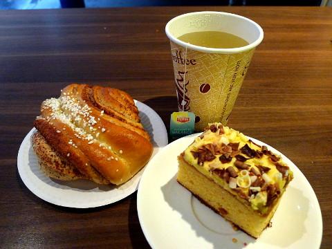 Tee, korvapuusti ja banaanikakku kahvilassa Bulevardilla