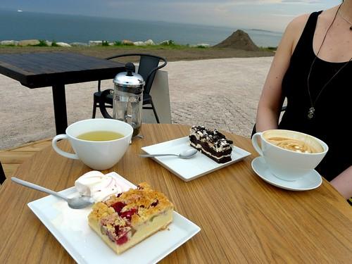 Hernesaaren hiiligrilli: tee, latte, suklaakakku ja raparperipiirakka