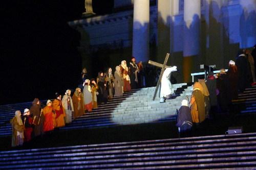 Jeesus kantaa ristiä