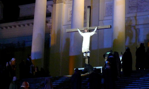 Jeesus roikkuu ristillä