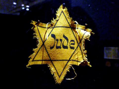 Jude-tekstillä varustettu keltainen Daavidin tähti