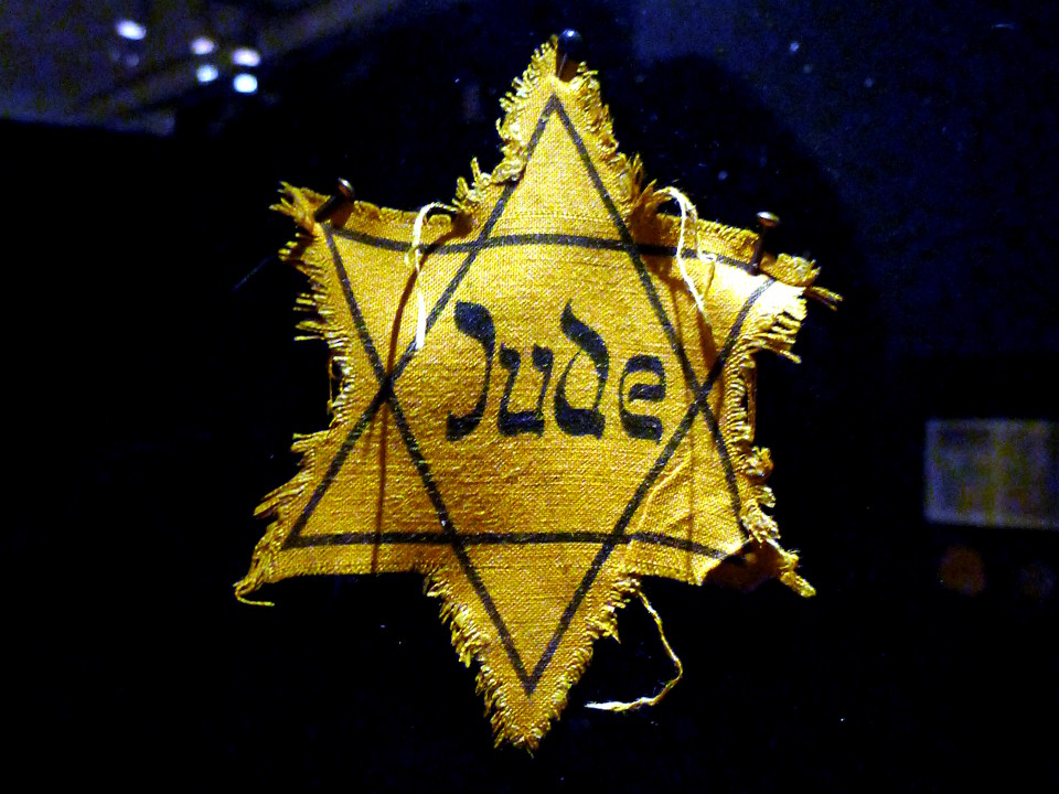 Keltainen Daavidin tähti Jude-tekstillä Tukholman juutalaisessa museossa (Judiska museet).