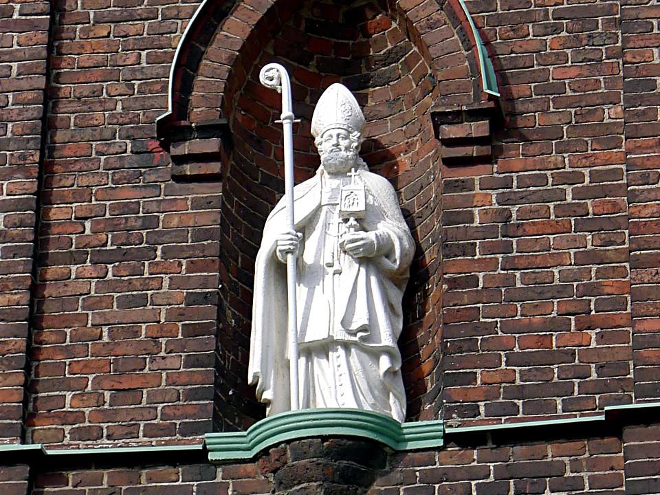 Piispa Henrikin patsas katolisen Pyhän Henrikin katedraalin fasadissa Helsingissä.