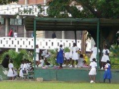 Koululaisia Dominicalla