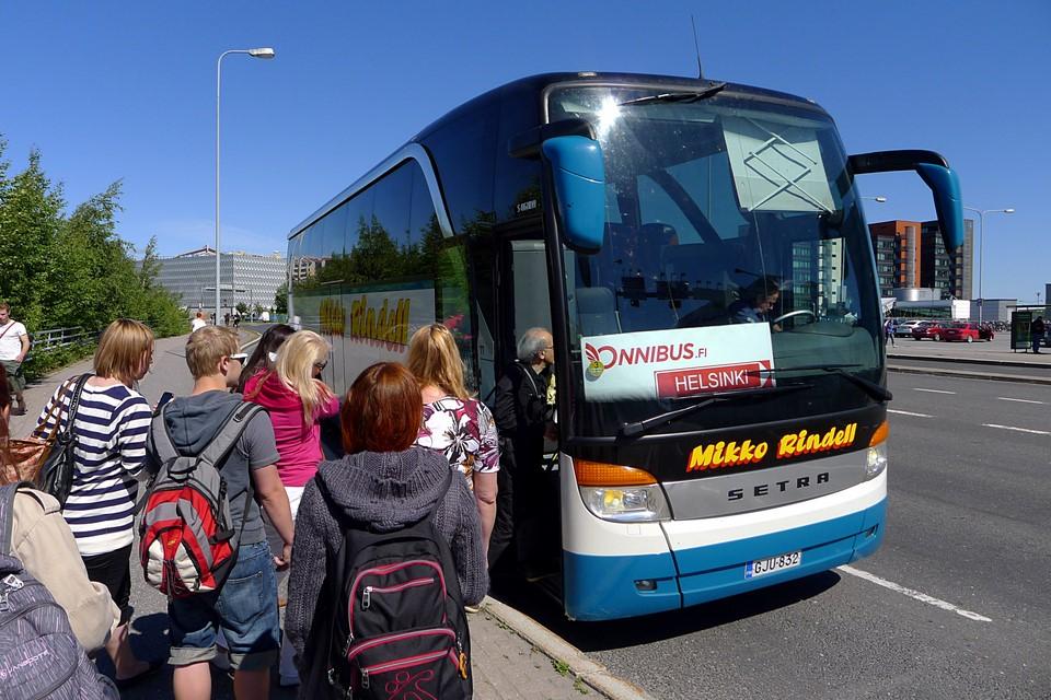 Matkustajat nousemassa bussiin Kupittaalla