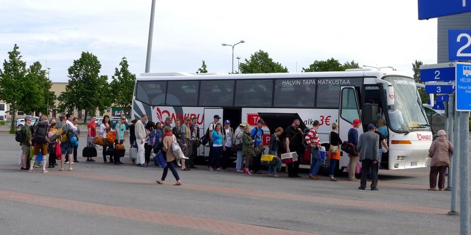 Jono vain kasvaa, kun matkustajat nousevat bussiin Porissa
