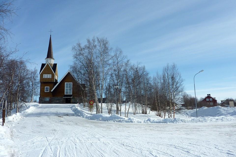 L'église se trouve sur une petite colline