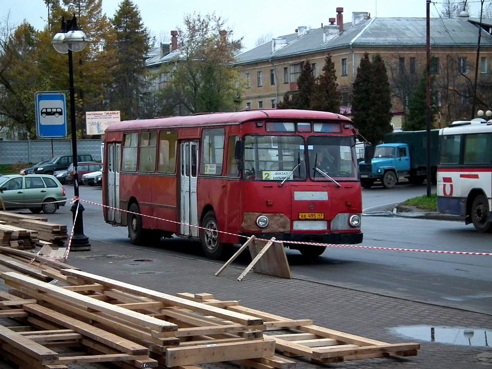 Vanha punainen bussi linjalla 2