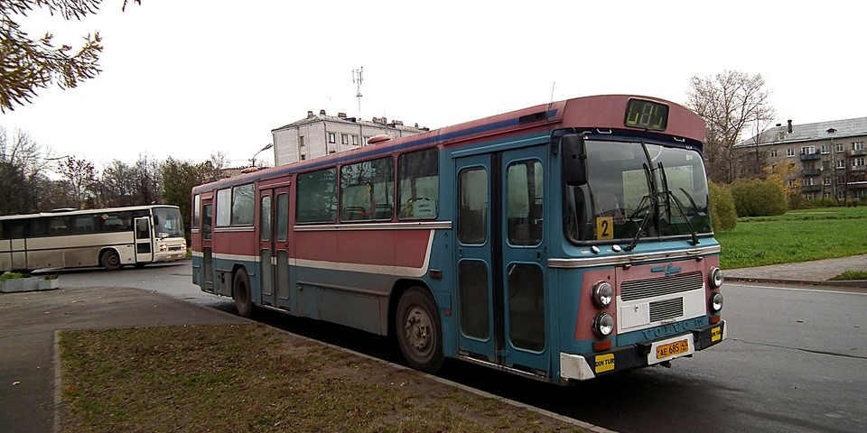 Sinipunainen Volvo B10M