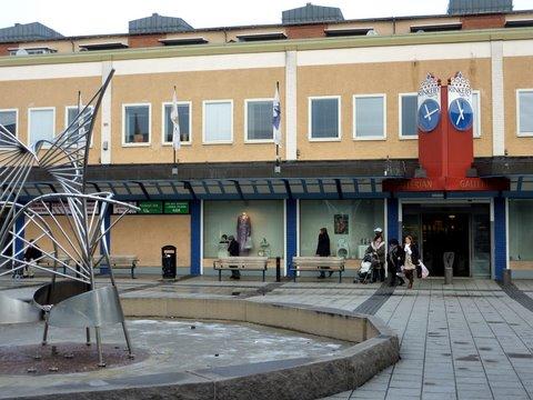 Centre du shopping Rinkeby Gallerian et la fontaine de la place centrale