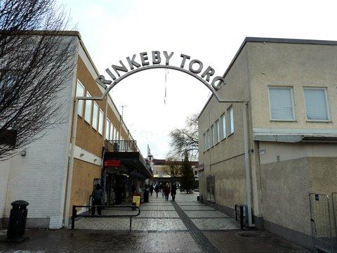 Rinkeby Torg -kyltti ostoskeskuksen läntisen sisäänkäynnin päällä