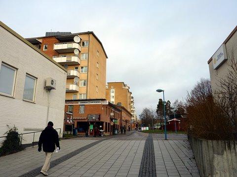Ostoskeskukselta pohjoiseen johtava kävelytie