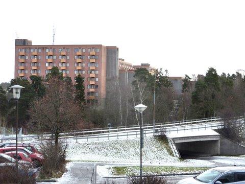 Näkymä Kvarnbyvägenin yli Rinkebyn lähiön koilliskulman taloille