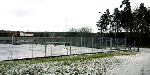 Urheilukenttä saa talvisin hoitaa koirapuiston virkaa