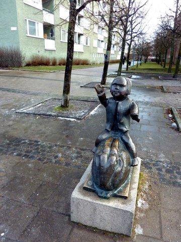 Pientä poikaa esittävä patsas Rinkebyssä