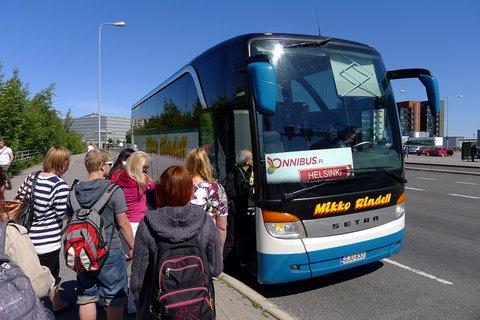Passagers à l'entré du bus à Kupittaa