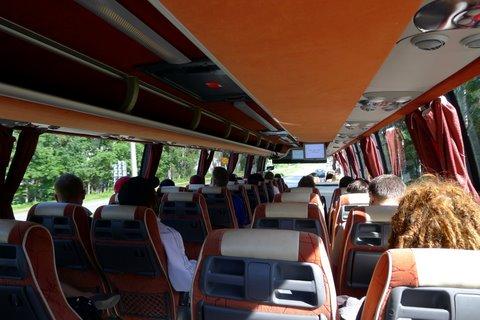 Tässä Atro Vuolteen operoimassa Onnibusissa on punainen sisustus