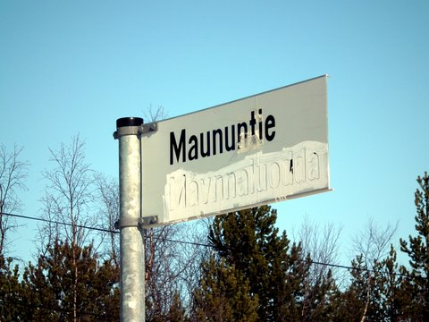 Maununtie road (in Northern Sami: Mávnnaluodda)