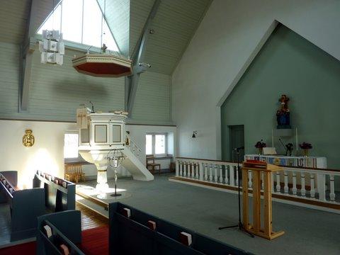 Chaire et autel de l'église