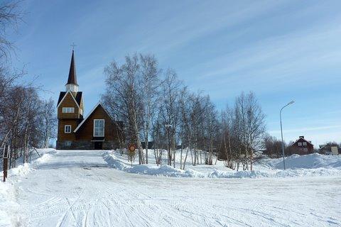 Kirkko on pienen mäen päällä