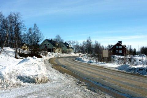 Maantie kylästä kohti etelää