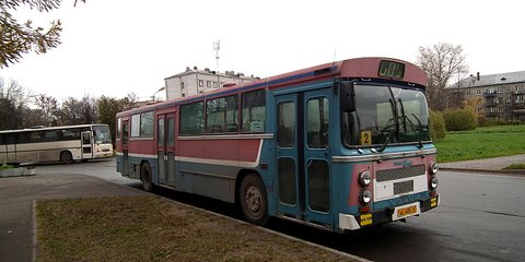 Sinipunainen Volvo-bussi