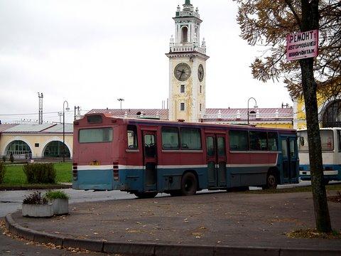 L'arrière du même bus Volvo