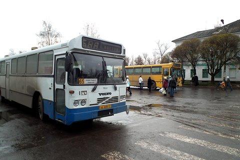 Deux autobus Volvo à la gare routière de Novaïa Ladoga