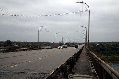 Circulation sur le pont traversant la rivière Volkhov
