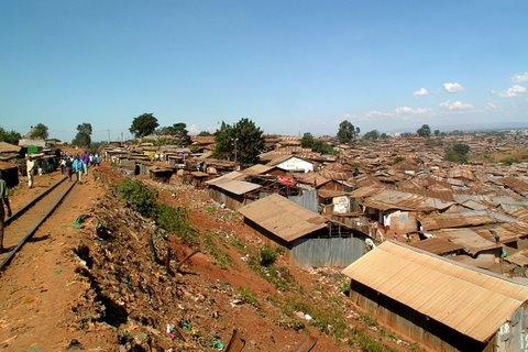 Rautatie kulkee Kiberan halki