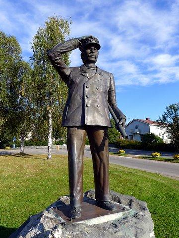 Karl Olov Bäckström (statue near the church)