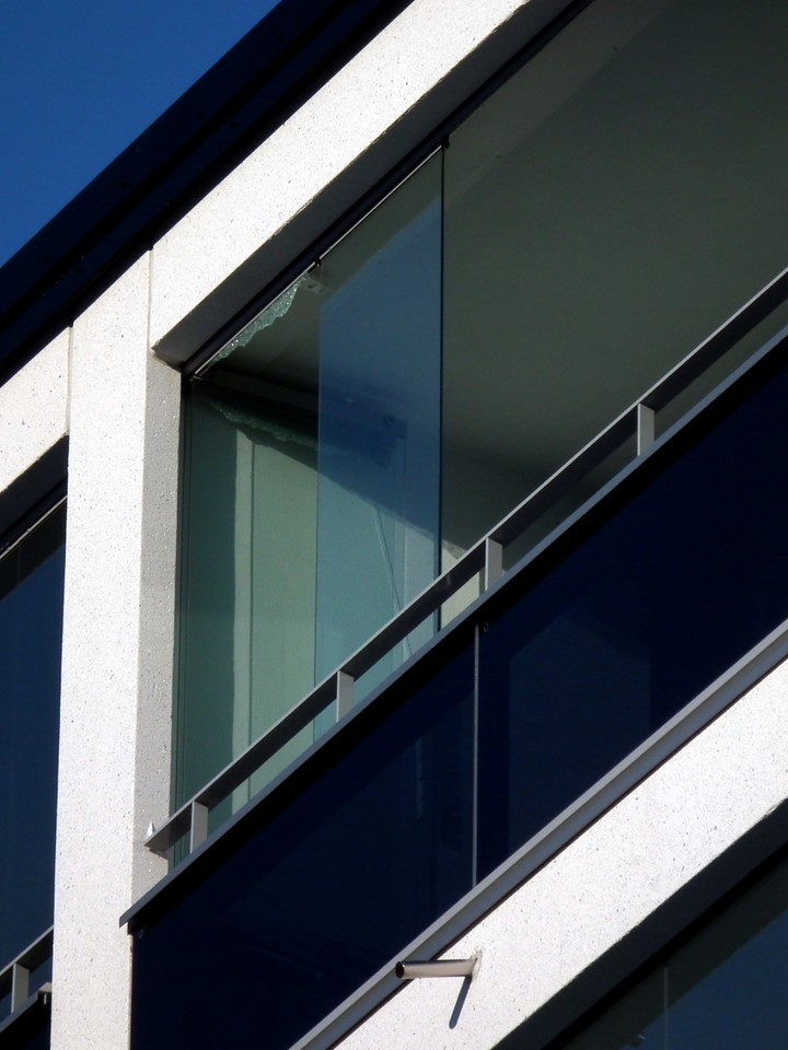 Irronnut parvekelasi / Broken balcony glazing