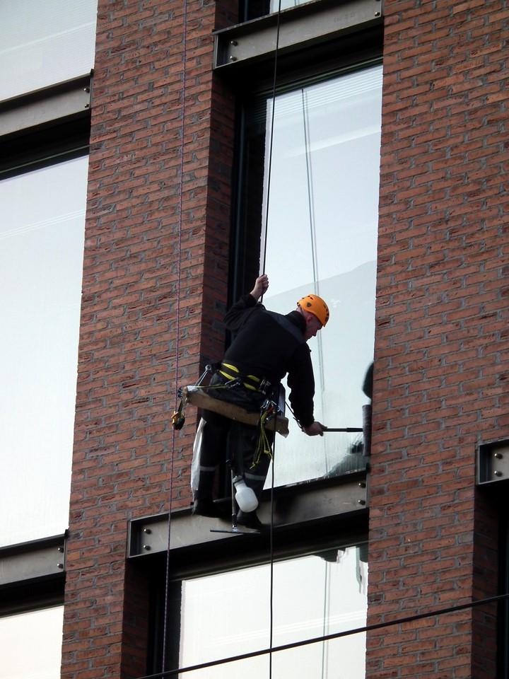 Ikkunoiden pesu, cleaning windows, Kamppi, Helsinki