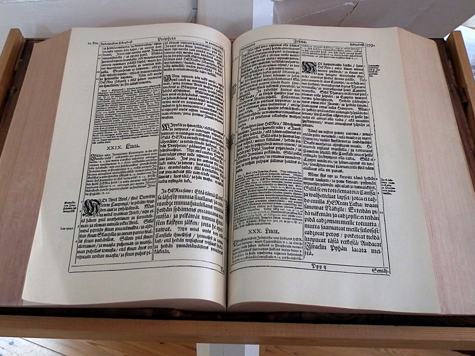 Avonainen fraktuura-Raamattu / Open Fraktur Bible