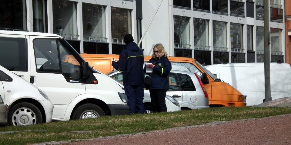 Pysäköinninvalvojat / Traffic wardens, Helsinki