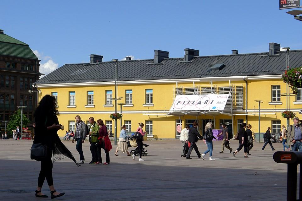 Ihmisiä aukiolla / People at a square