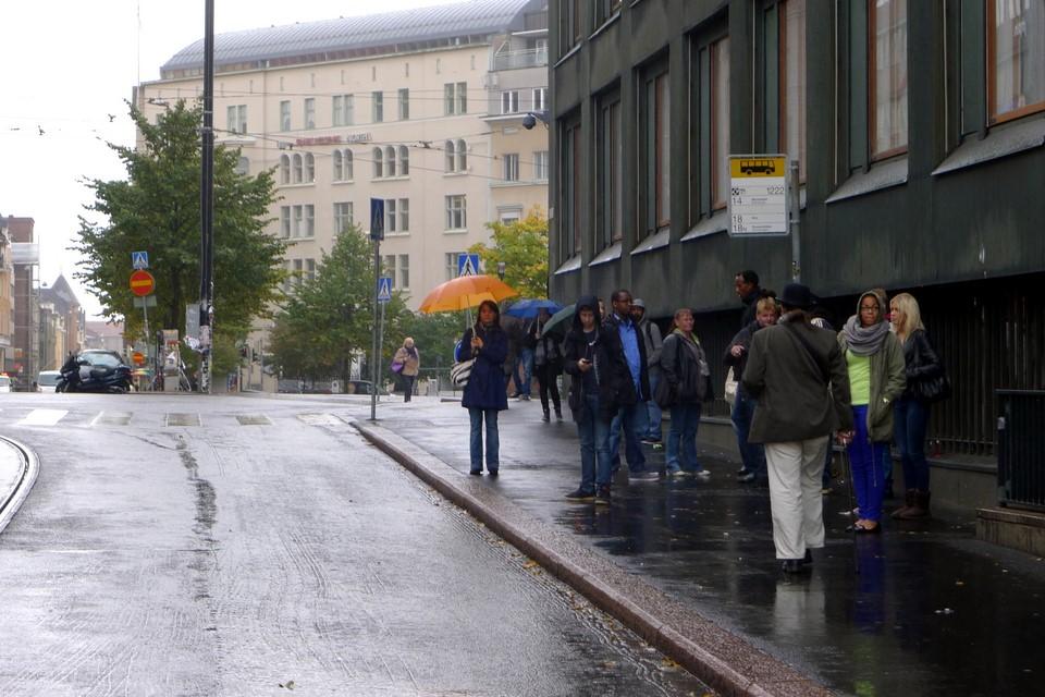Ihmisiä vesisateessa / People in the rain