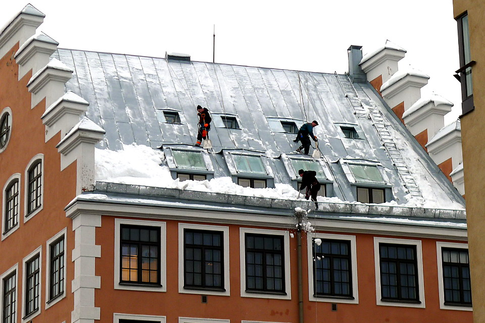 Lumenpudottajat / Removing snow from the roof