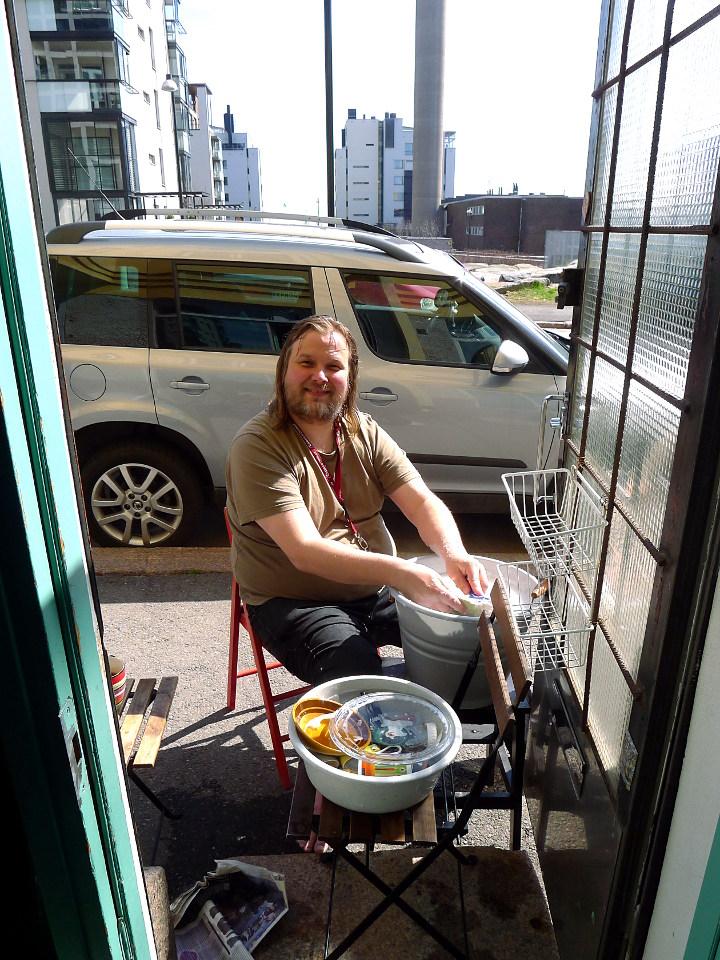 Tiskaamassa kadulla / Washing dishes in the street (Helsinki)
