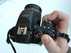 Fujifilm Finepix HS10 oikeassa kädessäni