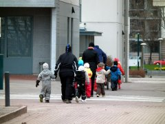 Lapsiryhmä ylittää kadun