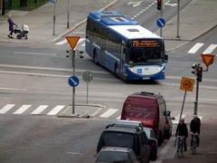 Helsingin sisäisen liikenteen bussi risteyksessä