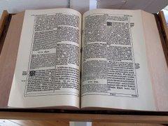 Fraktuuralla kirjoitettu Raamattu