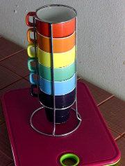 Värikkäitä kahvikuppeja ja leikkuulauta