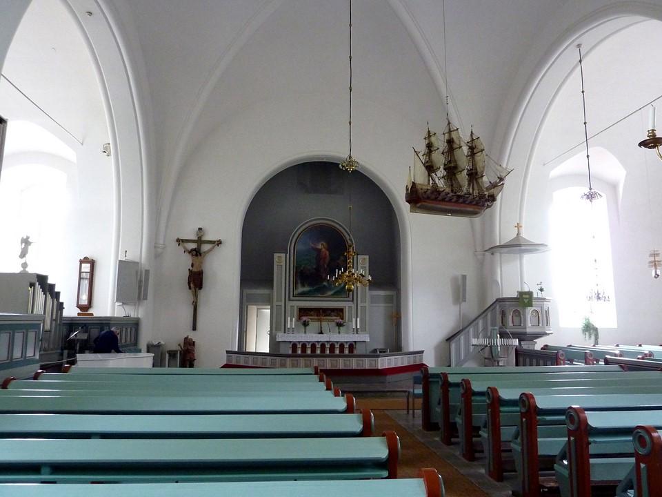 Jomalan kirkko sisältä