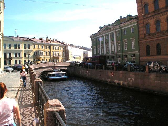 Jokilaiva sillan alla