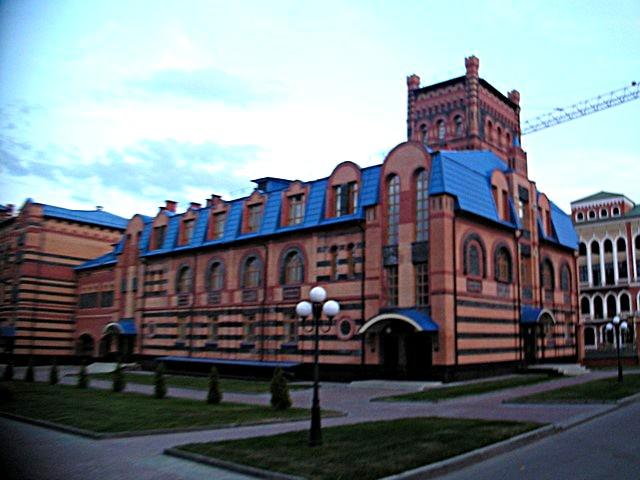 Bâtiment avec toit bleu