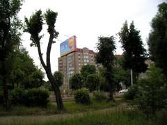 Puistoa ja kerrostalo
