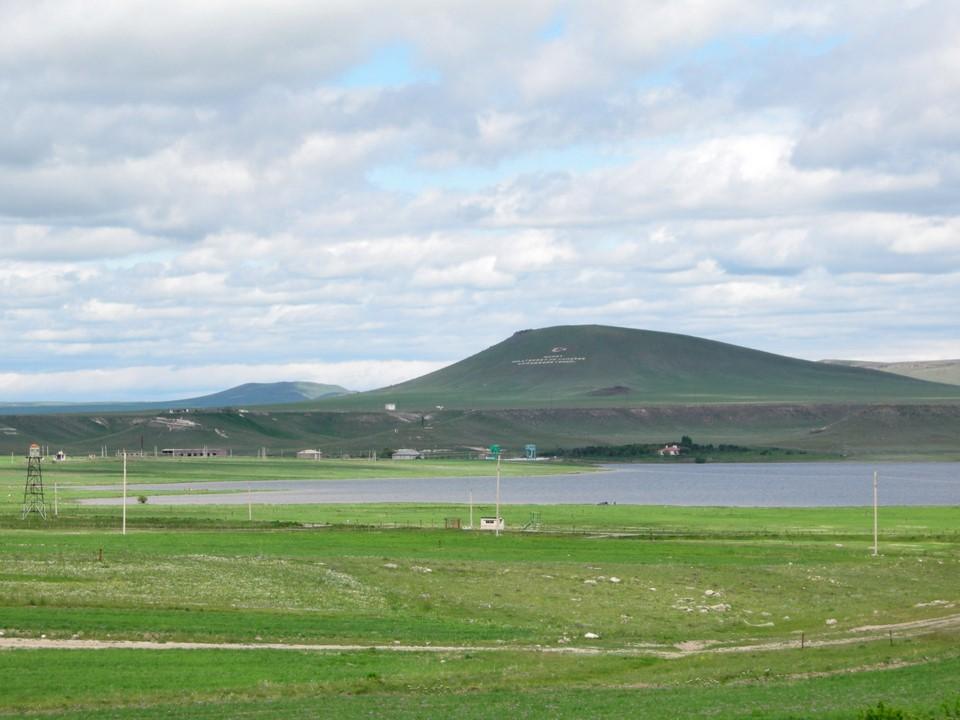 Akhurian-joen tekojärvi ja vuorenrinteille kirjoitettuja iskulauseita Turkin puolella