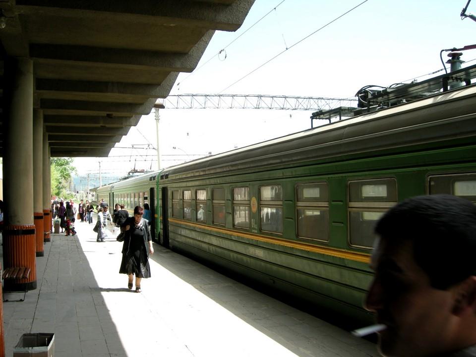 Le train arriva à la gare de Gyumri